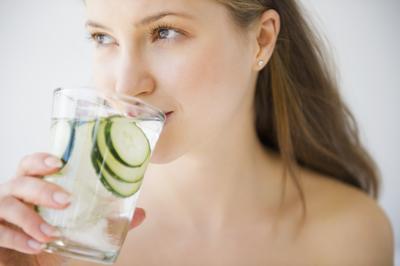Cara Unik Minum Air Putih Lebih Banyak Agar Kulit Cantikmu Makin Lembap