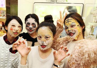 Apakah Menggunakan Sheet Mask Lebih Lama Itu Efektif? Begini Cara Benar Memakaianya!