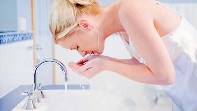 Inilah yang Terjadi Kalau Kamu Mencuci Wajah Hanya dengan Air Saja!