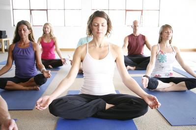 Penting! Ini Dia Gerakan Yoga yang Berbahaya dan Bermanfaat Saat Haid!