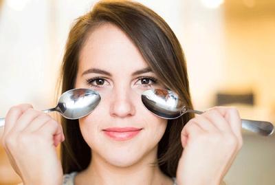 Sendok Makanmu Bisa Jadi Cara Cepat dan Mudah untuk Mempercantik Matamu, Lho!