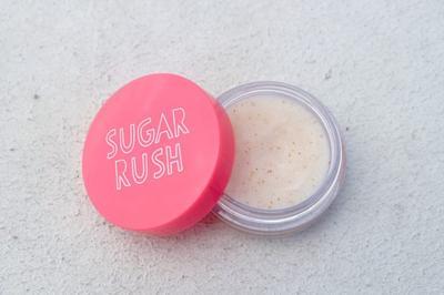 Yuk Atasi Tampilan Lipstick Patchy Menggunakan Lip Scrub dari Brand Lokal Ini!