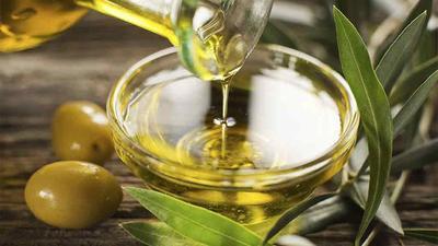 4. Lembabkan dengan Olive Oil