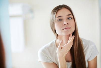 Hobi Menggunakan Skincare Berlapis? Ketahui Bahan yang Bahaya Jika Digunakan Bersamaan!