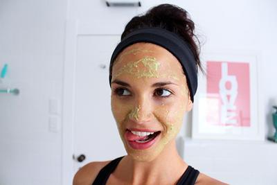 Pudarkan Bekas Jerawat di Wajah dengan Masker Buah-Buahan Alami dan Mudah Ini
