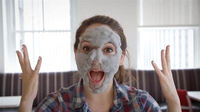 Pori-Pori Wajah Bersih dan Tampak Mengecil dengan Clay Mask Korea Populer yang Ampuh Ini!