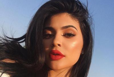 Setelah Lipstik, Kylie Meluncurkan Koleksi Highlighter untuk Trend Glowing Makeup!