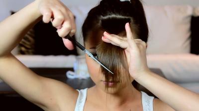 Cara Mudah Memotong Poni Miring ala Salon di Rumah