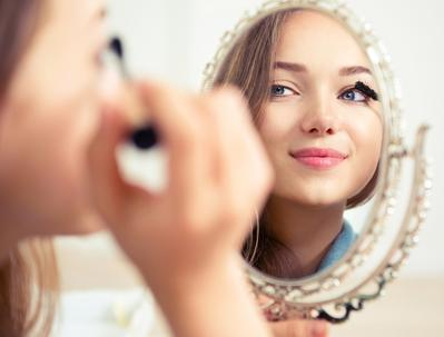 Sedang Buru-buru? Begini Cara Makeup Mudah dan Cantik Hanya Dalam 5 Menit!