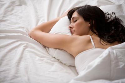 Wanita Wajib Tahu! Inilah 5 Alasan Utama Mengapa Kamu Harus Tidur Tanpa Bra!
