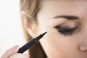 Ladies, Perhatikan Hal-Hal Penting Ini Ketika Membeli Eyeliner Agar Kamu Tidak Menyesal!