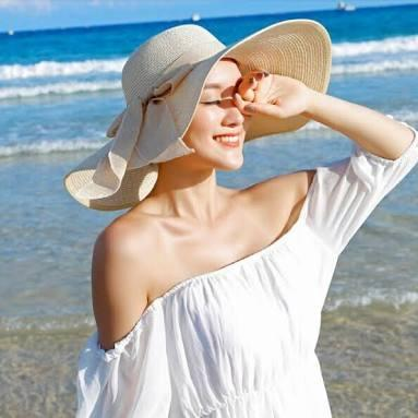 Saat Liburan Ke Pantai, Jangan Lupa Membawa 6 Items Ini agar Tetap Cantik dan Stylish!