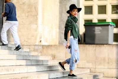 Coba Gaya Mix n Match Boyfriend Jeans Dengan Sneakers Ini untuk Tampil Lebih Fashionable!