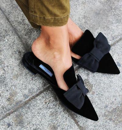 Jangan Asal, Begini Tips Merawat Flat Shoes Bahan Suede yang Tepat!