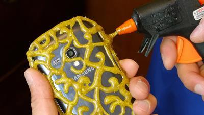 Yuk Buat DIY Smartphone Case Lucu Ini dengan Menggunakan Lem Tembak!