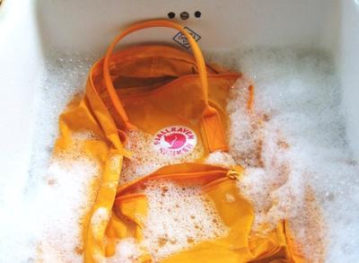 3. Jangan Sering Mencuci Tas