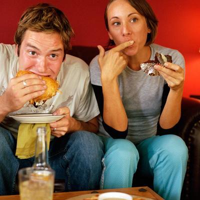Hindari Makan Dari Piring Saji atau di Depan TV