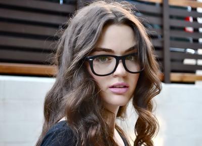 ... kacamata berbentuk bulat karena hanya akan membuat wajah terlihat  semakin lebar. source  https   id.pinterest.com e9bd2be34f