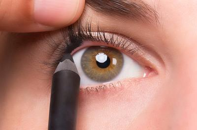 Ingin Eyeliner Rapi dan Natural? Ini Dia 5 Tips Mudahnya!