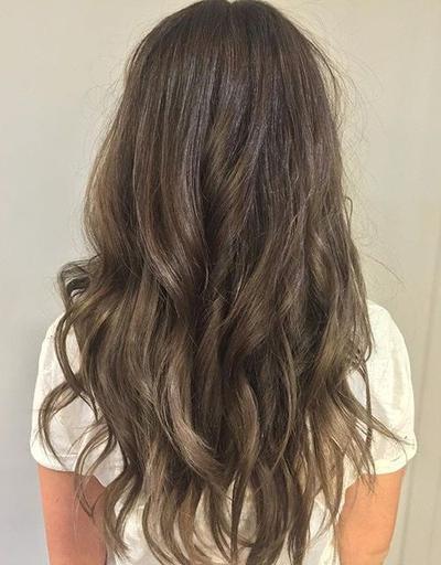 Cantiknya Warna Rambut Ash Brow yang Soft dan Versatile