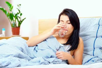 Alasan Mengapa Kamu Harus Minum Air Putih Sebelum Tidur