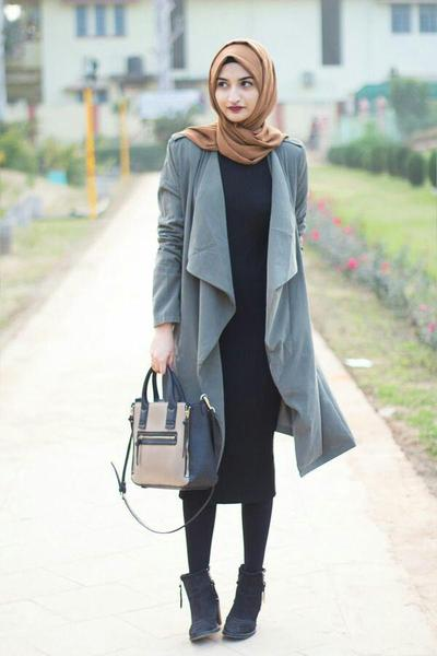 Long Cardigan Abu-Abu dengan Hijab Warna Tan
