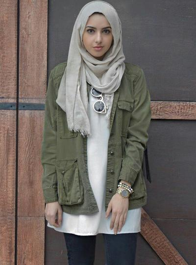 Parka Hijau Army dengan Hijab Warna Light Grey
