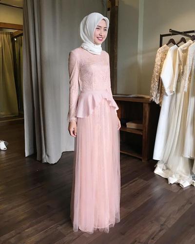 Tips Model Kebaya Muslim Untuk Kamu Yang Bertubuh Pendek