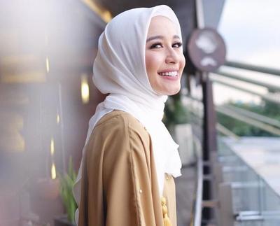 Hasil gambar untuk style Hijab polos segi empat