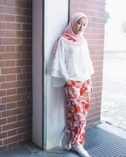 Jangan Salah, Ini 4 Warna Baju Paling Cocok Dikombinasikan dengan Hijab Warna Peach!