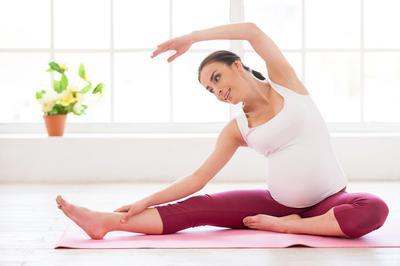 Psst.. Ternyata Ini Lho Manfaat Ikut Prenatal Yoga untuk Ibu Hamil!
