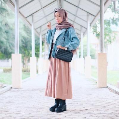 Style Hijab Dengan Jaket Jeans Dan Rok