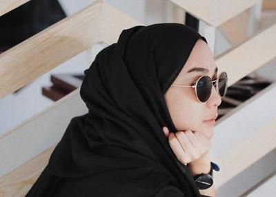 Inspirasi Mix and Match Style Hijab dengan Kacamata Ala Selebgram Hijabers Paling Hits