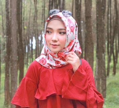 Psst Ikuti Tips Padu Padan Hijab Satin Motif Yang Lagi Hits Di