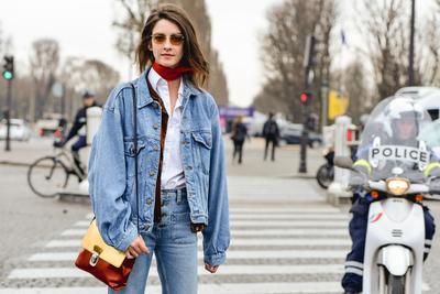 Fashion Hacks! Lakukan Ini Pada Outfit Jaket Jeans Kamu Supaya Kamu Tampil Beda