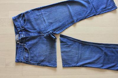 Yuk, Sulap Celana Jeans Lamamu Menjadi Hot Pants Lucu dengan Tips Ini