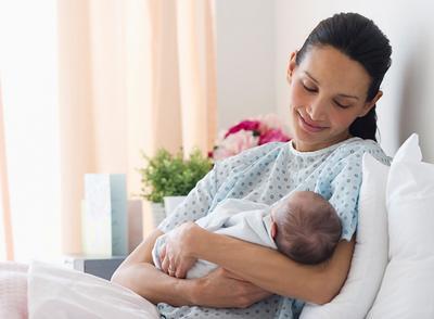 Hati-hati! Begini Lho Cara yang Tepat Menggendong Bayi Baru Lahir