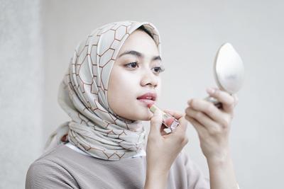Ini Dia 5 Warna Lipstik yang Cocok untuk Hijabers Pemilik Kulit Sawo Matang