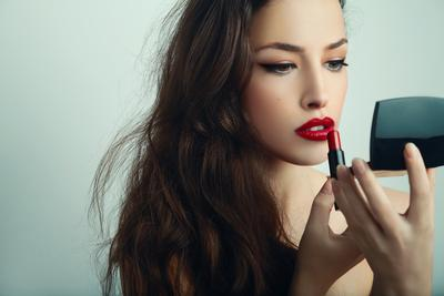 Jangan Khawatir Cepat Luntur, Ini Trik Agar Lipstick Tetap Awet Setelah Makan dan Minum