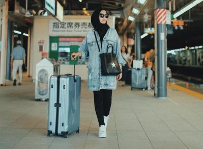 Kekinian dan Hits Banget, Ini Padu Padan Sneakers dengan Hijab yang Bisa Kamu Contek