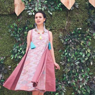 Modis! Ini Dia Inspirasi Baju Batik Ala Selebriti Muda yang Bisa Kami Tiru!