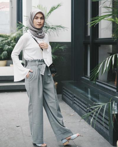 Ingin Tampil Feminim? Yuk, Mix anda Match Flare Blouse Hijab dengan Celana Kulot!
