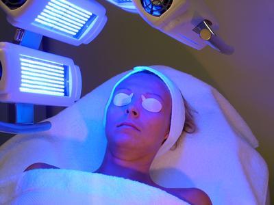 2. Perawatan dengan Menggunakan Blue Light