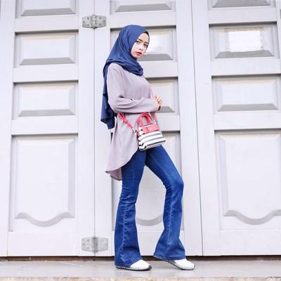 Anti Ribet! Ini Mix and Match Blouse dengan Jeans untuk Hijabers yang Kekinian Banget