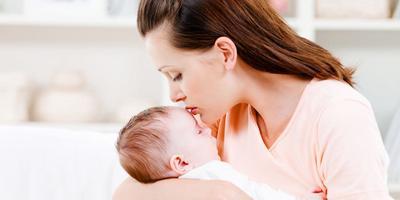 Begini Cara Aman Menggendong Bayi Baru Lahir!