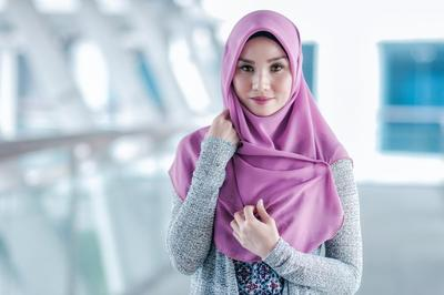 Ternyata Ini 5 Bahan Hijab yang Cocok untuk Si Wajah Bulat!