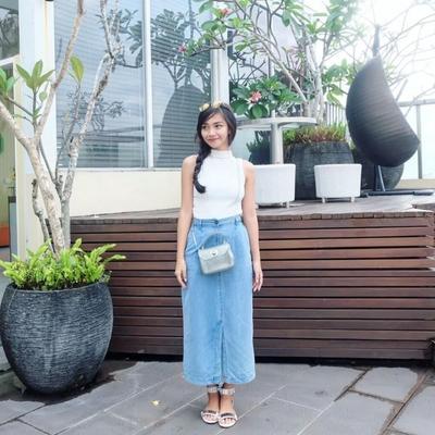 Ganti Gaya Biasa Kamu Dengan Padu Padan Rok Jeans Panjang Yang Lucu