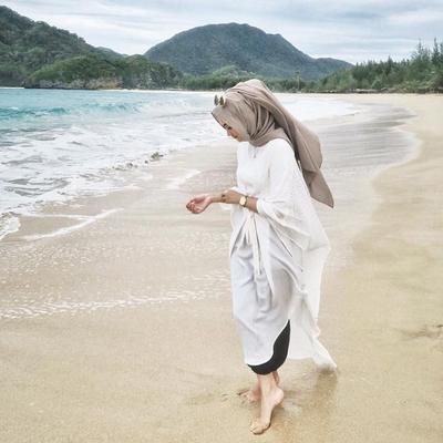 Pilihan Style Hijab Ke Pantai Dengan Dress Untuk Foto Liburan Yang