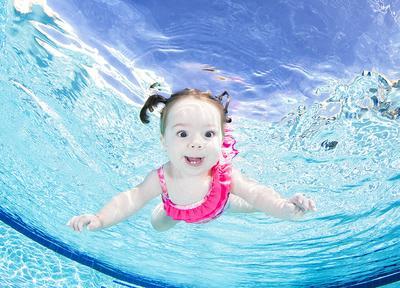 Jangan Sampai Salah Moms, Ini Usia yang Tepat Mengajarkan Bayi Berenang!