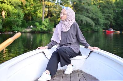 5 Pilihan Padu Padan yang Stylish dan Cocok untuk Gaya Hijab Traveling Kamu